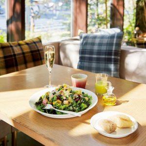 自社農園の野菜をふんだんに盛ったウィークリーサラダランチは、ポタージュとグリーンスムージー、パンがついて1,280円。