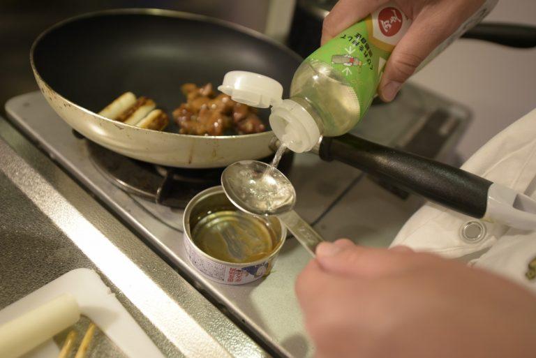 【POINT】ここでは缶詰を受け皿代わりに。