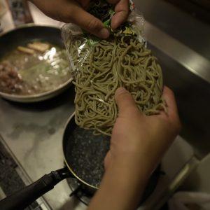 【POINT】煮ている間に効率良くそばを茹でて。