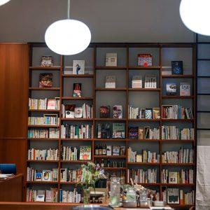 書棚にずらりと並んだ本はもちろん購入可能。