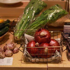 旬の野菜や調味料等の販売も。