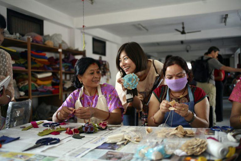 フェアトレード生産者団体にて。子供やお年寄りがいる家族のために自宅で働くこともできる。