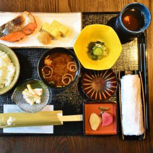 吉祥寺〈金の猿〉で土日限定の「焼き鮭 一汁三菜 ご膳」を味わう。