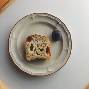 「チーズ入りハードトースト」。気泡の形から、粘り押し返す様子が浮かびます。