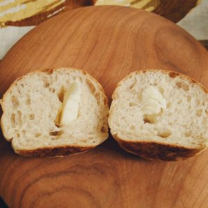 空洞部分にバターを入れて、なんちゃって「ネオバ○ーロール」。