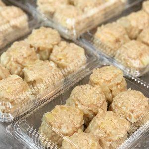冷凍注文の場合は、冷凍のままの焼売を耐熱皿に移しラップをかけ、電子レンジで温めればOK。
