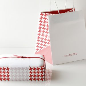 メインディッシュのテイクアウト用ボックスと紙袋。