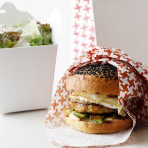 「照り焼き チキンバーガー、グリーンサラダ添え」2,000円。