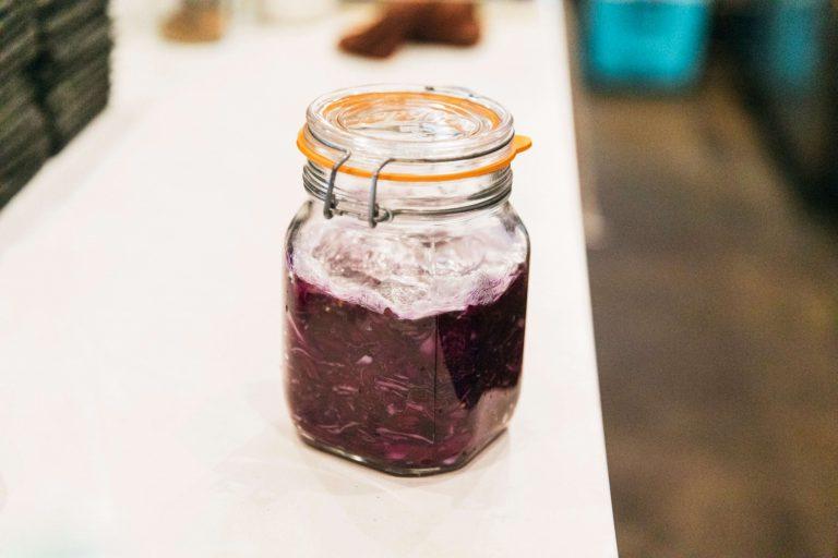 水分が少なく、発酵に向いているのが紫キャベツ。「かわいらしくて鮮やかな色合いは、料理にも映えて一層豊かになります。そこで今回はヘルシーな紫キャベツの乳酸発酵に挑戦してみました。」と大西シェフ。