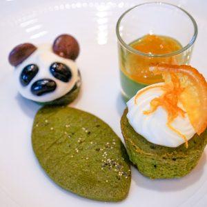 左前:抹茶クッキー、左奥:抹茶フィナンシェケーキ、右奥:抹茶パンナコッタオレンジコンポート、右前:抹茶カップケーキ。
