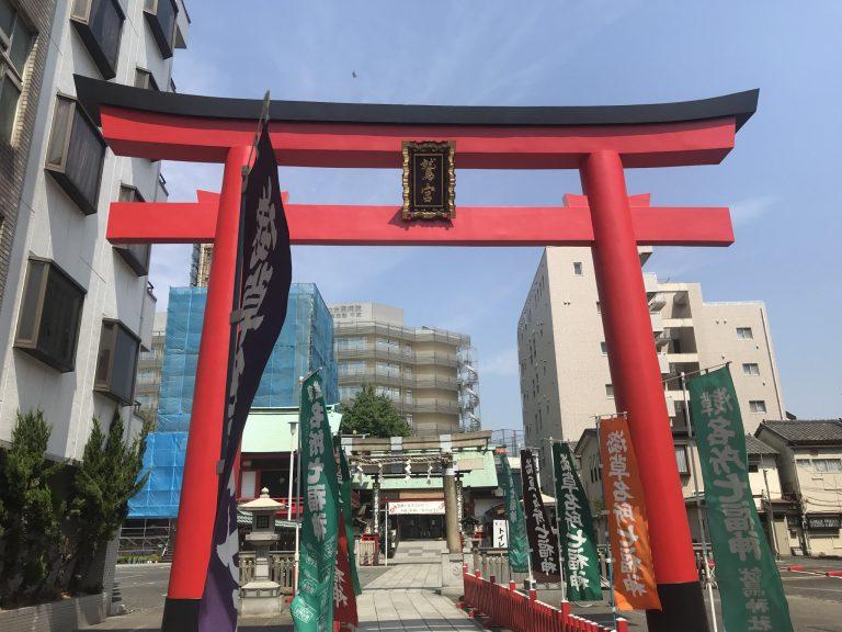 〈鷲神社(台東区)〉の明神鳥居。中央に神社名の入った神額(しんがく)があったり、朱色のものも多く華やかな印象。