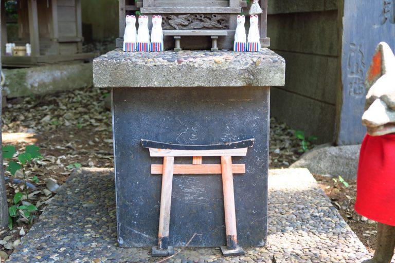先日の〈馬橋稲荷神社〉で見つけたミニチュアの鳥居。もしかして狐が通るのかも?