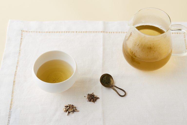 タンポポ、スイカズラ、アマチャヅルをそれぞれ3グラムずつ、大きめの魔法瓶やポットににお湯をたっぷり注いで、10〜15分ぐらいそのままお茶が出るまで待った方がいい。1日かけてゆっくり飲む。