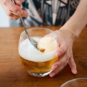 2.バニラアイスをすくってビールにのせたら完成!
