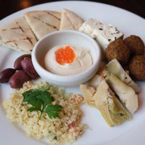 タラモサラタ、フェタチーズ、オリーブのマリネ、タブレ、アーティチョークハーツを盛り合わせで。