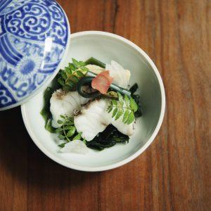 4月スタートのランチ「Sakura」5,000円(サ別)は、夜のダイジェスト版ともいえるコ ース。前菜からデザートまで全7品、店の魅力がぎゅっと凝縮。京都の旬を五感で感じて。