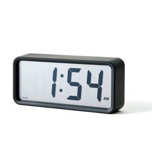 時刻だけを表示する潔さが無印らしい。アラーム機能付き。 ■デジタル時計・中 4,537円(無印良品/無印良品銀座 03-3538-1311)