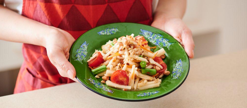 <span>日本の美味しさ簡単レシピ</span> ぬか漬けがタイ料理に!ご当地名物のアレンジレシピ 「かぶとこんか漬けのソムタム・パラー」