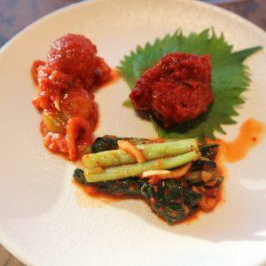 紀州A等級の梅干しや、江戸菜、トマトを使ったキムチ3種類。