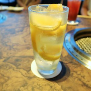 カチカチに凍ったレモンを入れた「凍結レモンサワー」550円。ドリンクは迷わずこれ!