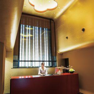 【LOBBY】ゲストを迎える幻想的な空間。開放感たっぷりの高天井なロビーの頭上には吉祥文様。嵐山を想起させるフロント正面など、五感で京都を感じられる。