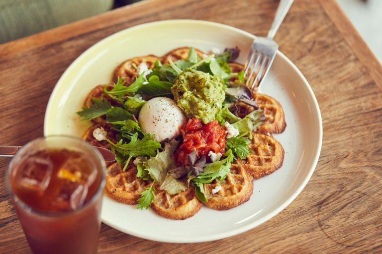 薄い生地が特徴のノルウェースタイルのワッフルは、朝食にぴったり。プレーンからスモークサーモン、アボカドなど食事系も豊富にそろう。