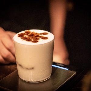 〈COFFEE BAR GALLAGE〉の「アイスカプチーノ」800円(税込み、17:00〜23:00)
