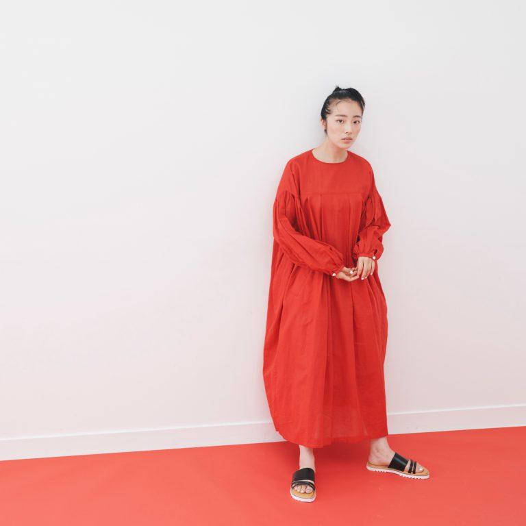 繊細な糸で編まれた生地を使用したスモックドレスは〈HOLIDAY〉。「着るだけでテンションが上がる!」とモデルの花梨さん。足元は東京発のシューズブランド〈Sellenatela〉。クッション性のあるソールで長時間履いても疲れない。■ワンピース 42,000円(ホリデイ 03-6805-1273)/サンダル 31,000円(セレナテラ ホールバイセレナテラ 03-6419-7732)