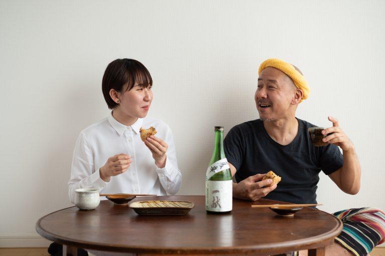 おにぎり片手に、日本酒をぐびり。その組み合わせに父・テツヤも興奮!