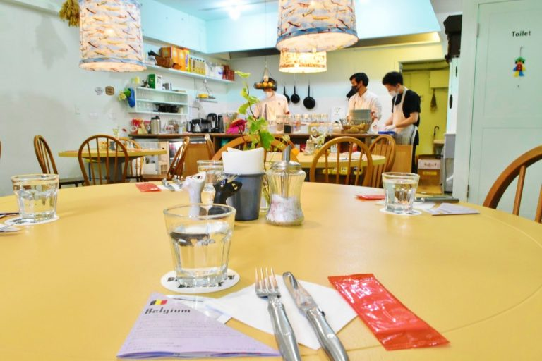大き目な丸テーブルは混雑時には相席に。隣席との距離は十分離されている。