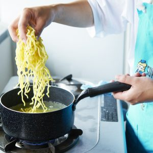 【POINT】沸いたところへ麺をほぐしながら入れる。