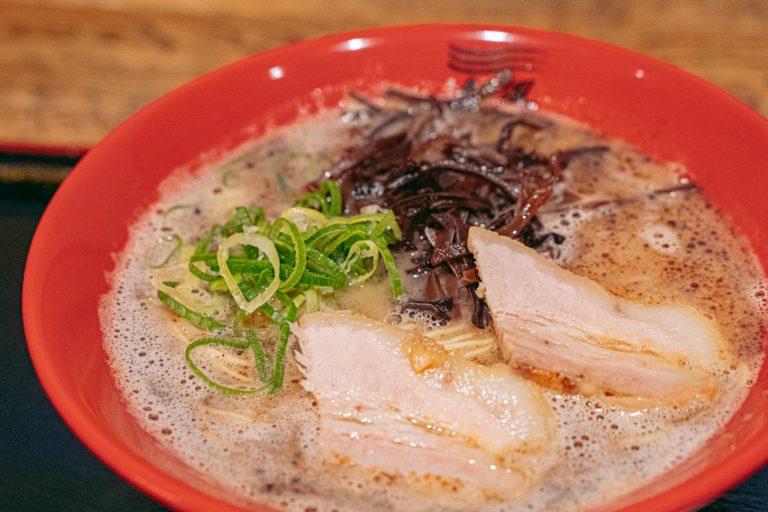博多からは東京初出店の「博多新風」。黒マー油の効いたとんこつ味にかための細麺が絡んで最高!