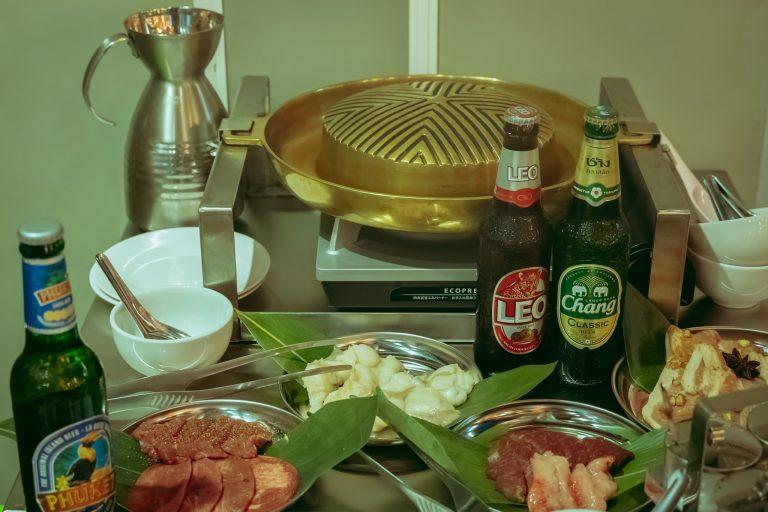 こちらはお店の名物、ネクスト肉料理として注目されている「ムーガタ」。特徴的なお鍋は、凸の部分で焼肉を、凹の部分でお鍋を楽しめるという欲張り仕様。使われているお肉はなんと、名店〈焼肉赤身にくがとう〉、〈神泉ホルモン 三百屋〉という贅沢っぷり。焼肉で溢れ出た肉汁で鍋のスープを育てる…想像だけで美味しい一品です。