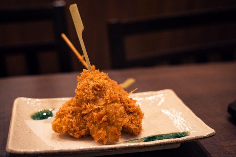 「白金豚の串カツ」。肉自体に旨味がしっかりあるので、ソースはつけず岩塩でいただくのがおすすめ。