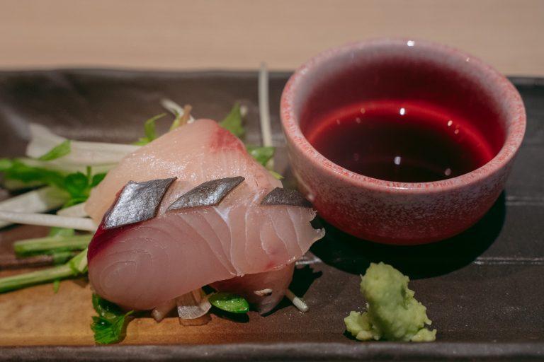 自慢のお刺身は、自家製のワイン醤油で。肉厚ぷりぷりの身に、ほんのりと赤ワインの香る醤油がとてもよく合います・・・!