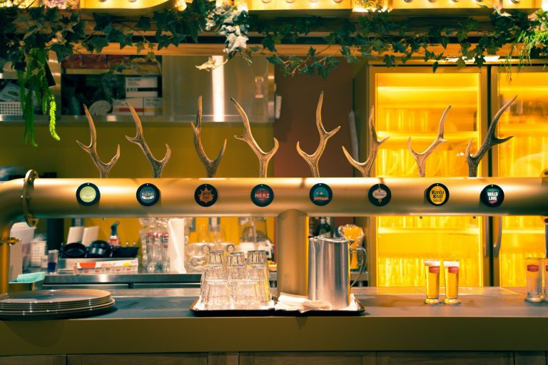 ビールタップのレバーは鹿の角をモチーフに。細かい部分まで深いこだわりを感じます。