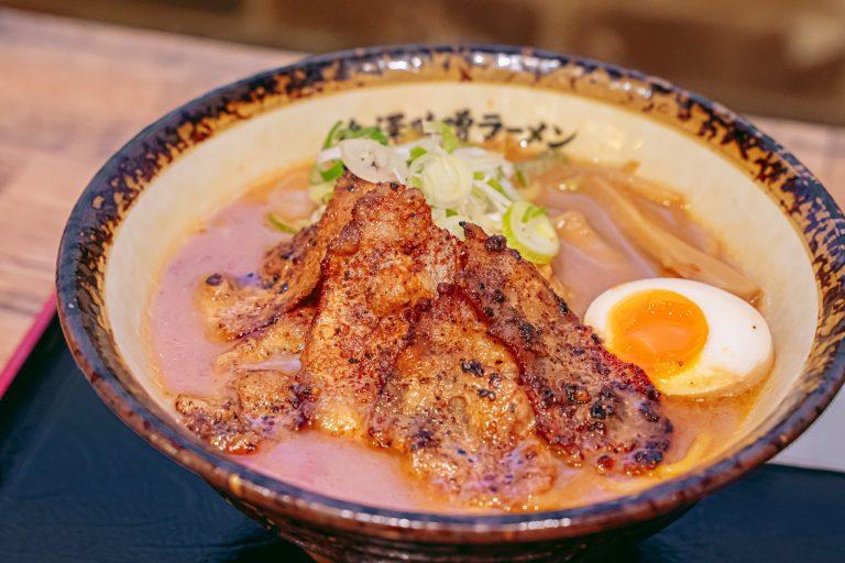 金沢からは、石川県で大人気の〈金澤神仙〉。他の二つとは違いどろっと濃厚な味噌ベースのスープにちぢれ麺が絡んだガッツリ系。炙ったバラ肉が負けじと存在感を放って満足感がすごい…!