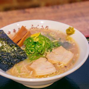 「中華そばふくもり」の中華そばは、煮干しの旨味がよく効いたスープに、柚子の皮の風味加わって、老若男女に愛されるバランスの良いお味。