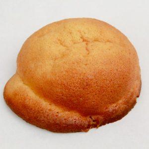 〈川越ベーカリー楽楽〉の人気No.1は、地元秩父の味噌を使用した「お味噌のパン」。川越産小麦ハナマンテンで作る「彩の国地粉食パン」のさっくりな食感はサンドにうってつけ。向かいの〈サンドイッチパーラー楽楽〉では卵サンドなど、カラフルなラインナップを展開。