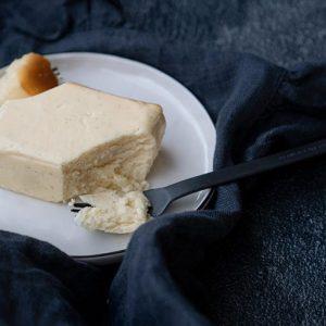 材料として使用する乳製品はクリームチーズ、生クリーム、サワークリーム、そして昨今は入手困難なこともあるバターも含めてすべて北海道産に限定。贅沢に混ぜ込まれているバニラビーンズは、いくつかの産地のものを試した末にマダカスカル産を使用するというこだわりぶりです。