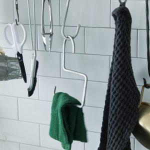 見かけるとつい手に取ってしまうというS字フック。計量カップやざるなどの道具は吊るしておくことでさっと使うことができて便利。
