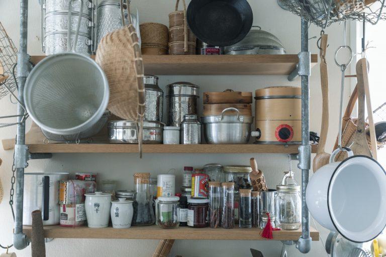 「扉の開閉が苦手なので、よく使う道具は棚にのせておく」のが福田流。どこになにがあるか一目瞭然で作業も手早く。