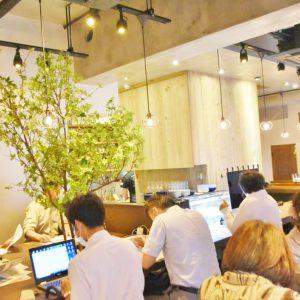リアルな木を囲んだカウンターやインテリアに多くの木が使われているなど、ナチュラルなデザインの店内。