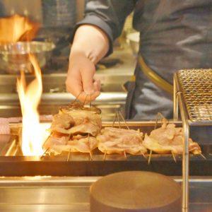 焼き台の前は特等席!美味しそうなチキンを目の前にしたら、何度でも食べたくなってしまう。