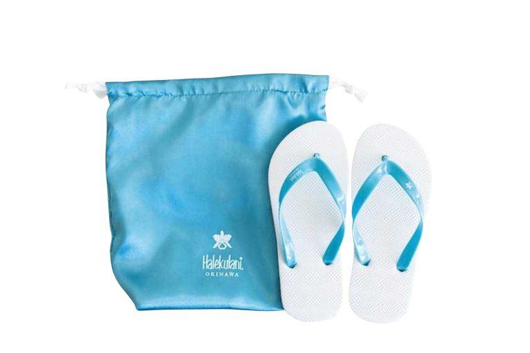 ビーチサンダル/おしゃれなサテンの袋つきのビーチサンダル3,200円。袋には持ち手がついて単独使用可。