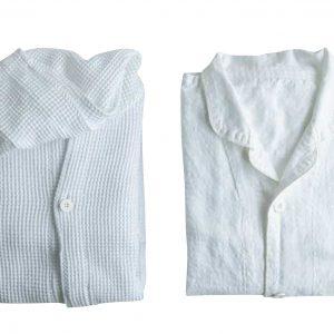 アメニティ②肌触り最高のワッフル地のフード付きリラックスウェアとパジャマ。タオルは今治タオル。