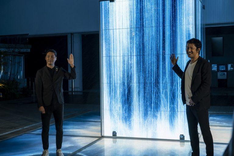 パブリック・アートのお披露目会にて。チームラボ代表の猪子寿之さん(右)と、合同会社DMM.com COOの村中悠介さん(左)。