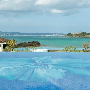 まさに天国のようなリゾート〈ハレクラニ沖縄〉へ。客室すべてバルコニー付き、オーシャンビュー。