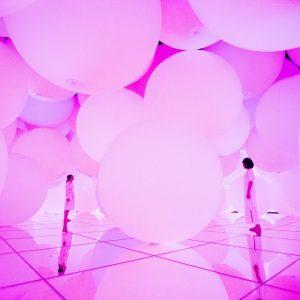 「意思を持ち変容する空間、広がる立体的存在 - 平面化する3色と曖昧な9色、自由浮遊 / Expanding Three-Dimensional Existence in Transforming Space - Flattening 3 Colors and 9 Blurred Colors, Free Floating」。