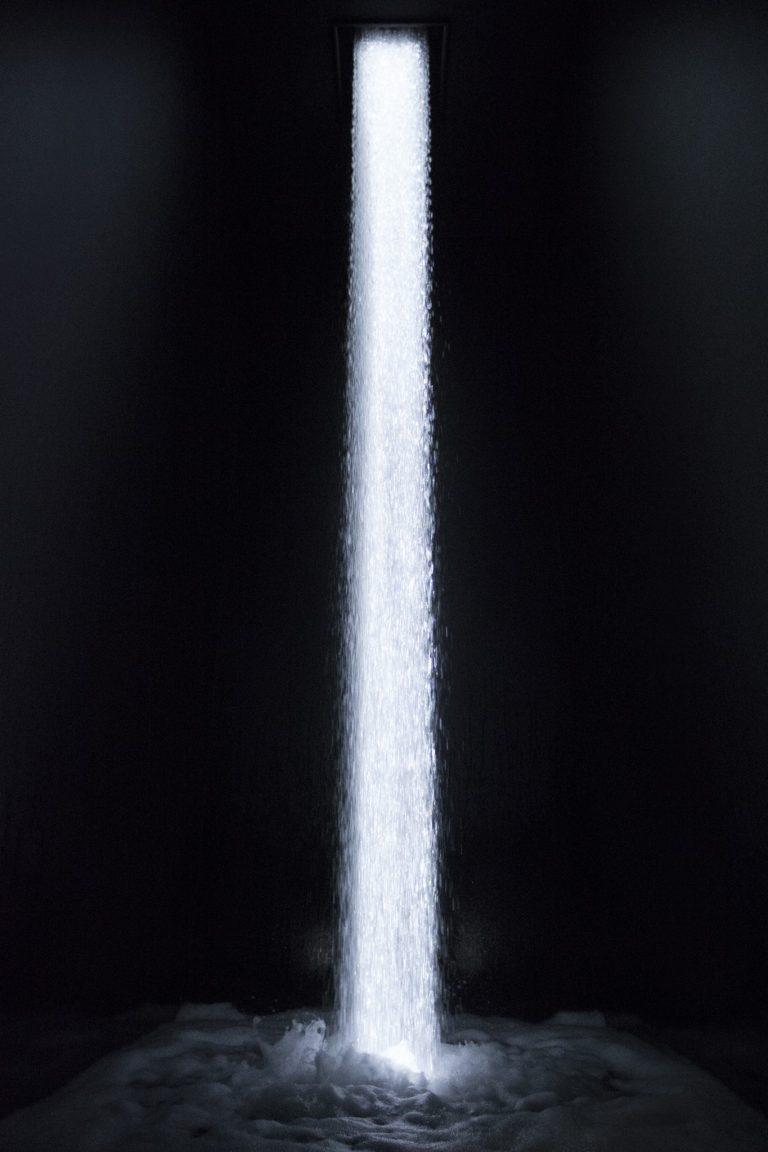 「坂の上にある光の滝/Waterfall of Light Particles at the Top of an Incline」。
